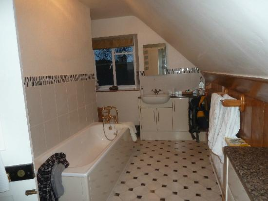Bradle Farmhouse: The private bathroom (shower out of view!)