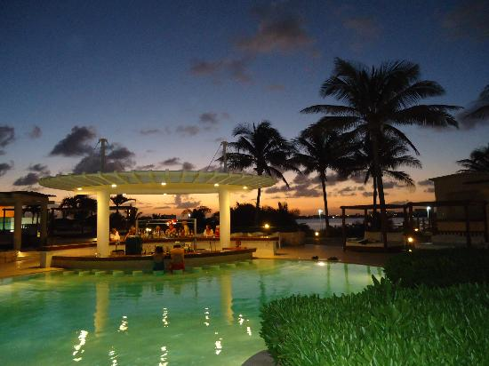 Grand Park Royal Luxury Resort Cancun: Infinity pool and swim up bar