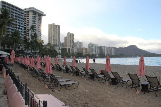 The Royal Hawaiian, a Luxury Collection Resort: De ligstoelen van het hotel op het strand