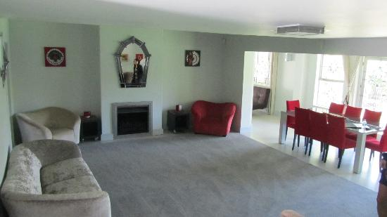 Kruger House Guest Cottages: Lounge