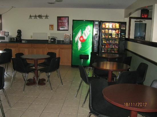Econo Lodge & Suites Greenville: breakfast area