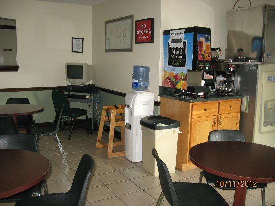 Econo Lodge & Suites Greenville: worlds slowest computer
