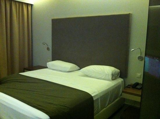 Oktober Downtown Rooms: the room, very comfortable bed