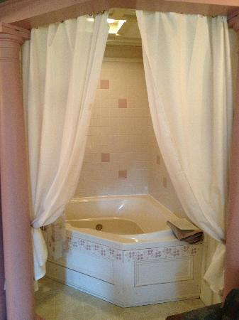 The Polly Harper Inn: Jacuzzi tub