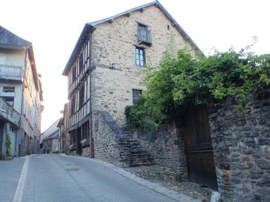 Uzerche, فرنسا: L'extérieur de la maison, et le portail de la cour 