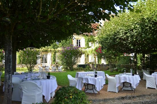 Le Vieux Logis: dinner under the trees