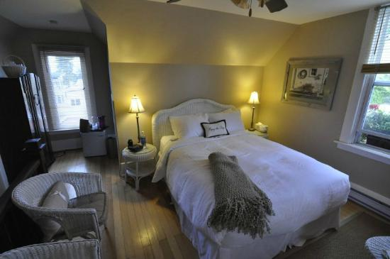 Vancouver House Bed & Breakfast : Wicker Suite