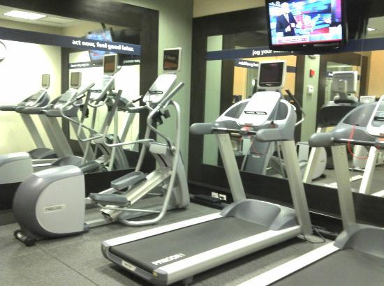 Hampton Inn Portland Airport : Workout area.