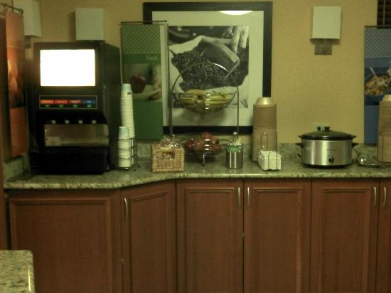 Hampton Inn Portland Airport: Breakfast area.