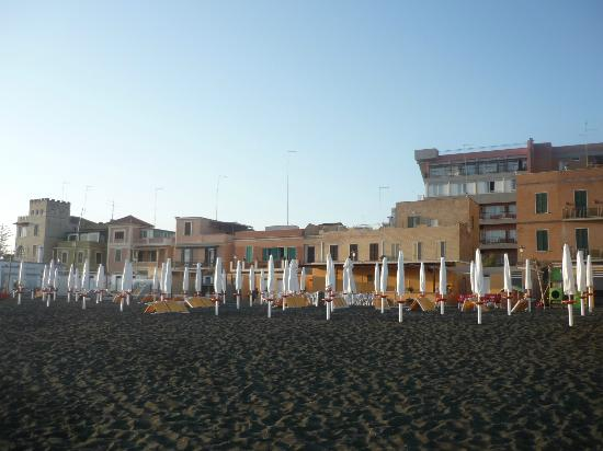 Hotel Villa Margherita: Lounging on the beach.