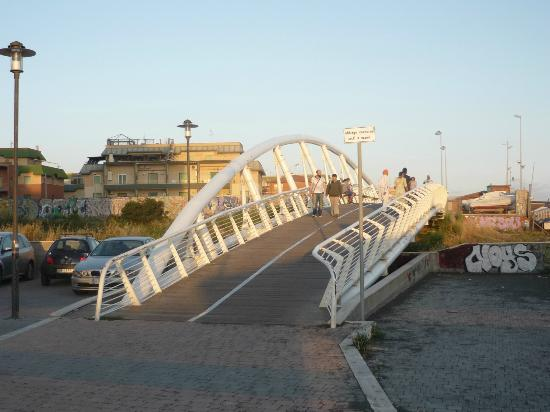 Hotel Villa Margherita: Crossing the bridge.