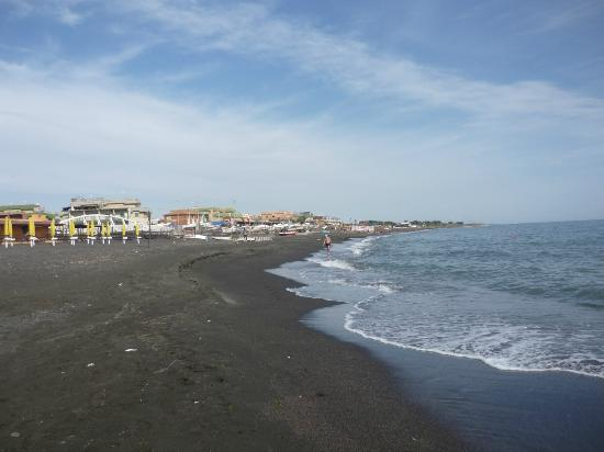 Hotel Villa Margherita: Walking along the beach.