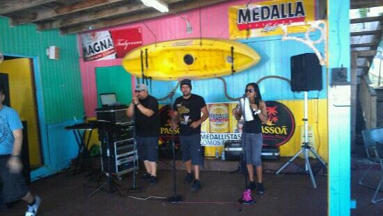 Tommy's Place By The Sea Bar And Grill: Musica en vivo todos los domingos