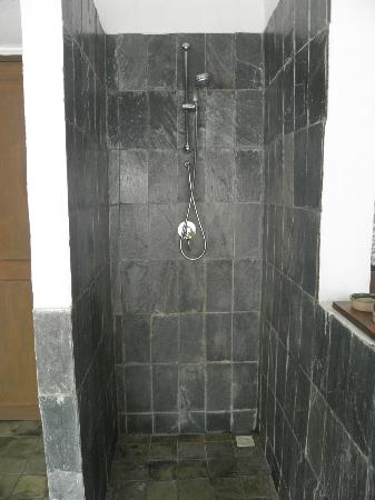 Coco Palm Dhuni Kolhu: Shower1