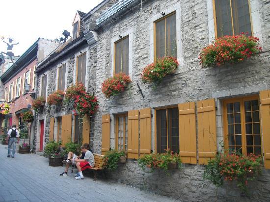 Quartier Petit Champlain : La rue du Petit Champlain, garnie de boîtes à fleurs