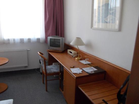 INTERHOTEL BOHEMIA: The workingdesk area in a single room