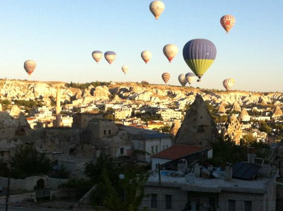 Lalezar Cave Hotel: Goreme - balloons, early morning view from my room