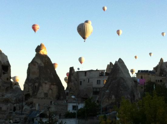 Lalezar Cave Hotel: more early morning balloons