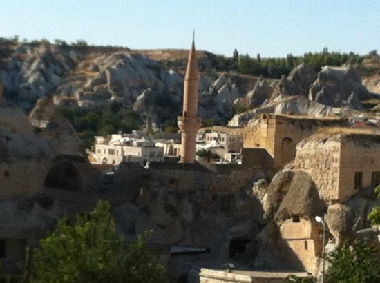 Lalezar Cave Hotel: mosque and town of Goreme