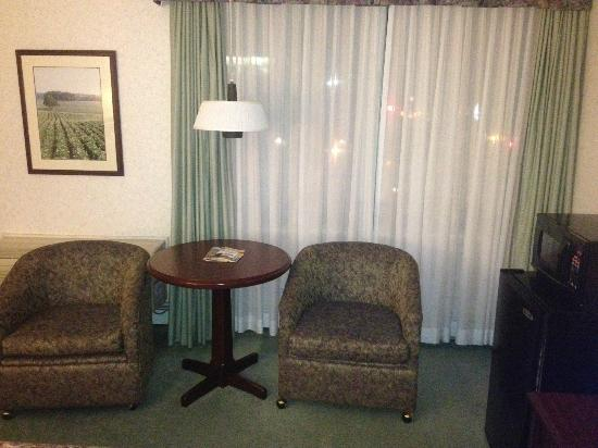 Quality Inn & Suites Downtown: Seating Area in Room