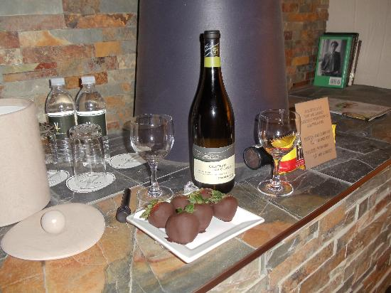 Millcroft Inn & Spa: The chocolate strawberrys and chardonnay we had brought to our room as part of the couples packa