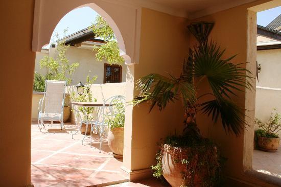 Riad Sidi Mimoune: Vue du patio sur la terrasse...