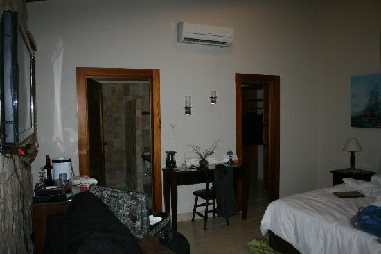 Falls Resort at Manuel Antonio: Large bathroom and very large closet with safe.