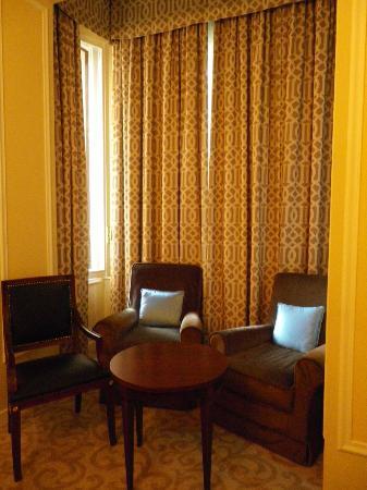Sheraton Diana Majestic Hotel: sitting area in room