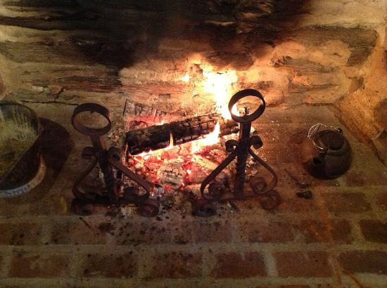 MapleStone Inn: The fire made the breakfast room quaint and cozy.