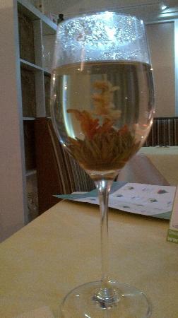 Astoria Restaurant: Flowering tea.