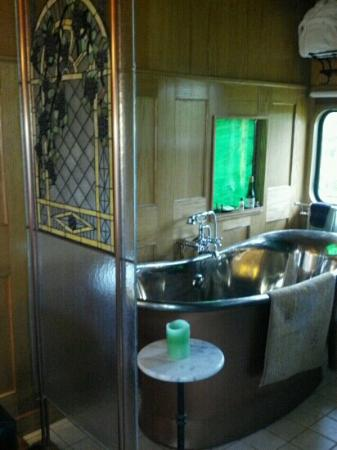 Red Caboose Getaway: Copper Soaking Tub in the Grape Escape ~ wow!