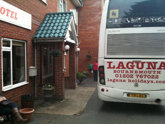 Laguna Hotel: Bus blocking main entrance of hotel door