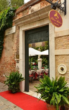 Hotel Palazzo Abadessa: Entrance to hotel