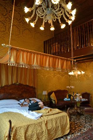 Hotel Palazzo Abadessa: A bed fit for a princess