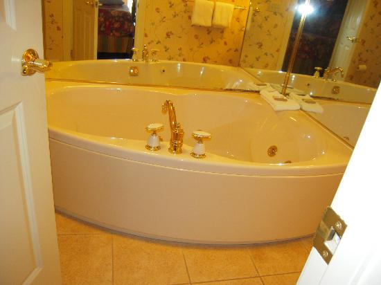 Christmas Farm Inn & Spa: whirpool in the bathroom