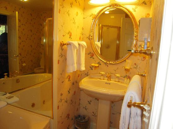 Christmas Farm Inn & Spa: well appointed bathroom