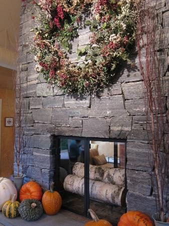 Jackson House Inn : Fall fireplace in breakfast room