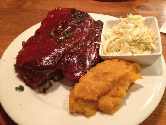 Greenfield Grille : Ribs with coleslaw and squash