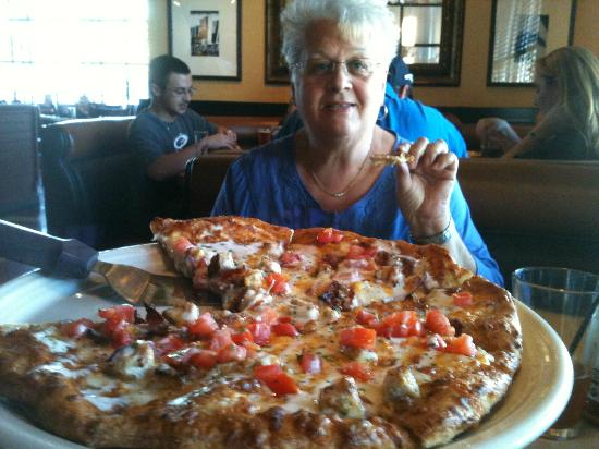 BJ's Restaurant & Brewhouse: Linda and Pizza