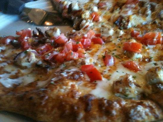 BJ's Restaurant & Brewhouse: Chicken Pizza