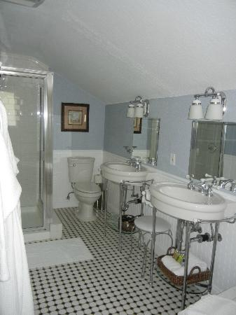 The Craftsman Inn: Bathroom in Second Room