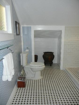 The Craftsman Inn: Bathroom in First Room