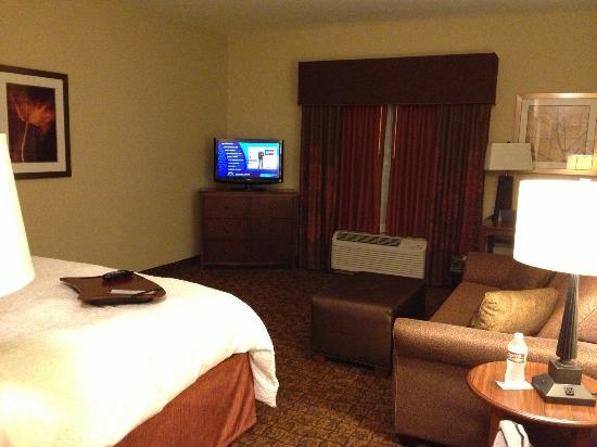 Hampton Inn & Suites McAllen: TV, sitting room, and bed
