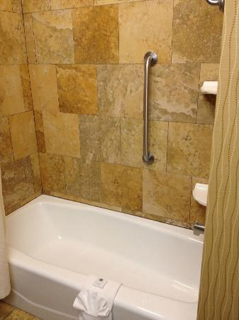 Hampton Inn & Suites McAllen: Tub