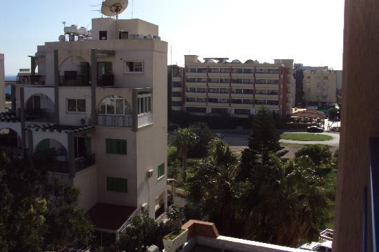 Navarria Hotel: соседи