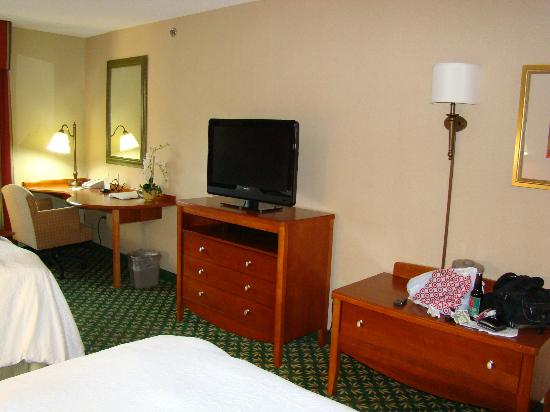 Hampton Inn & Suites By Hilton Williamsburg-Central: TV and tables