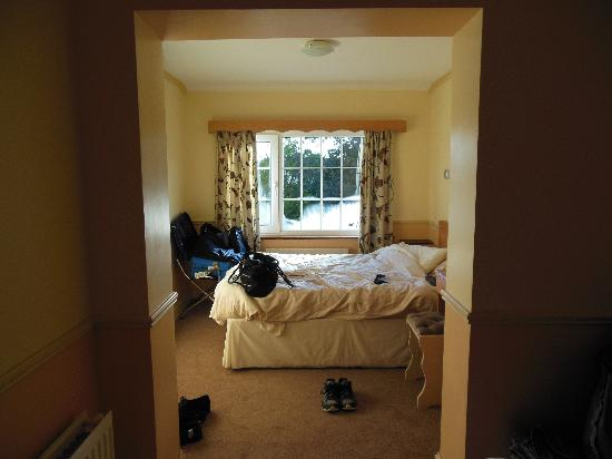 Algret House Bed and Breakfast: Half of twin room (other half has a single bed)