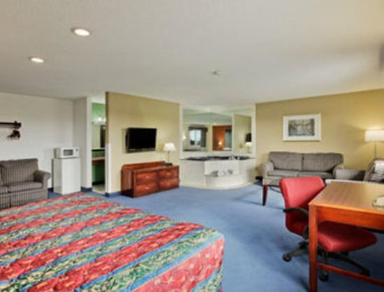 Super 8 Roseville/Detroit Area: Jacuzzi Suite