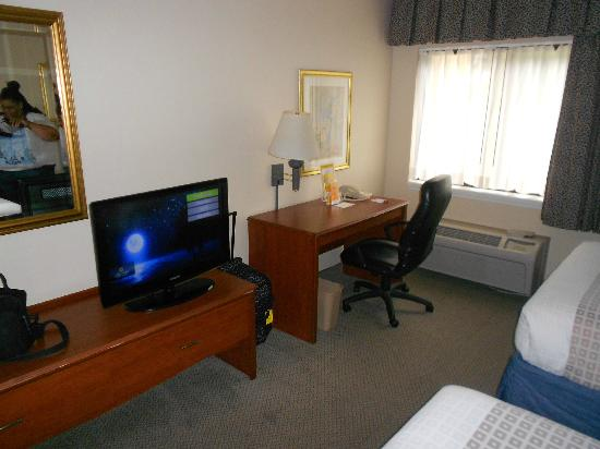 La Quinta Inn & Suites Miami Airport East: tv & work area