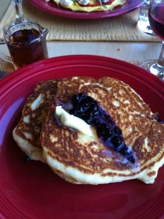 Acacia House Inn: Delicious blueberry pancakes...a must have